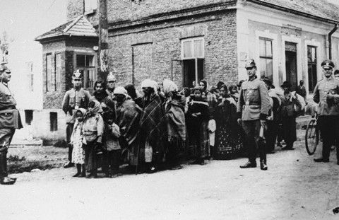 The German police guard a group of Roma Gypsies rounded up for deportation to Poland around the years 1940 - 1945 (Photo: US Holocaust Memorial Museum/Lydia Chagoll)