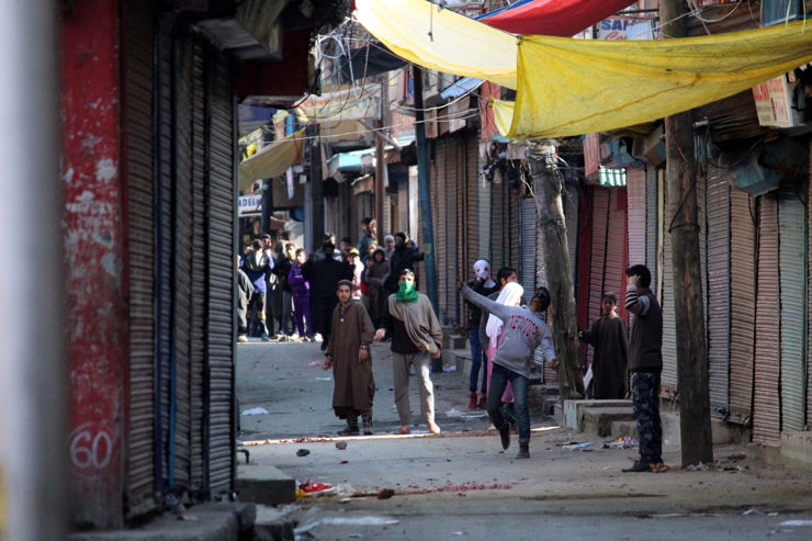 Youth pelt stones on security personnel in Kashmir in 2018 (Photo: IANS)